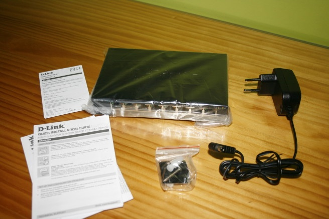 What's in the D-Link DGS-108 box